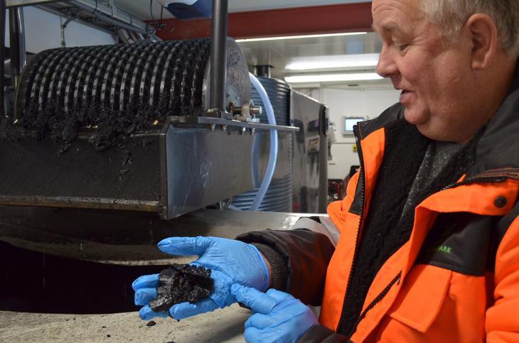 Kunden på Vevang viser frem kvaliteten på slam etter vannrensing
