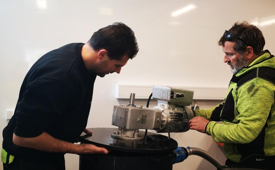 To montører setter opp renseløsning