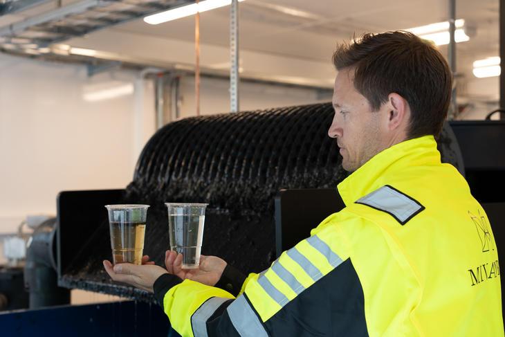 Operatør som holder vannprøver