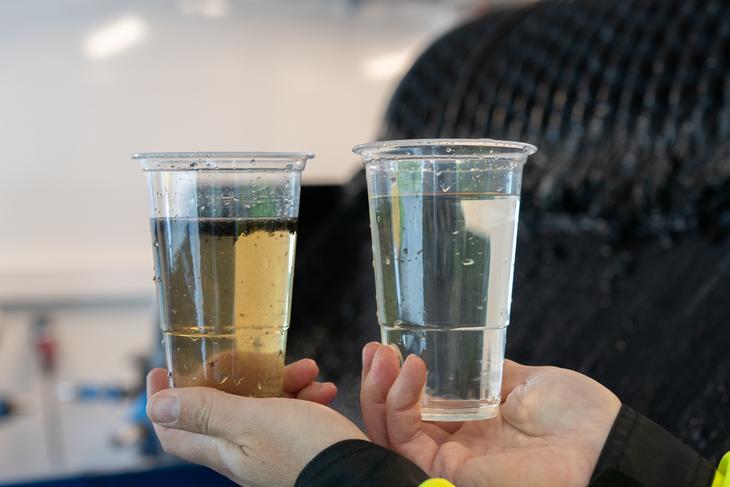 Hender med vannglass