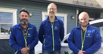 tre smilende menn
